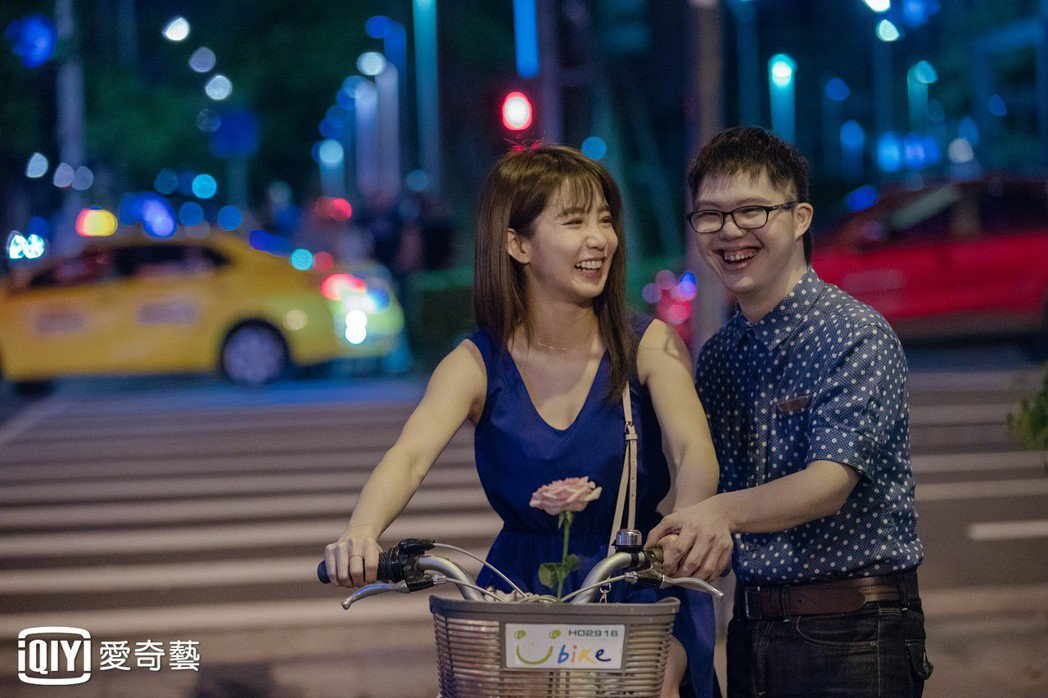 郭書瑤與唐氏症寶寶蔡佳宏在「傻傻愛你傻傻愛我」有非常動人的合作。圖/愛奇藝提供
