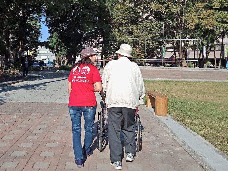 老五老基金會急需300支額溫槍,配給第一線居服員照顧長輩使用。照/老五老基金會提供