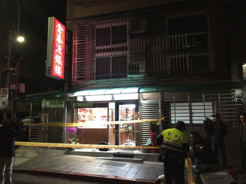 台北市內湖區東湖路某銀樓遭搶,損失總價10萬多元的兩條金手鍊。記者李奕昕/翻攝