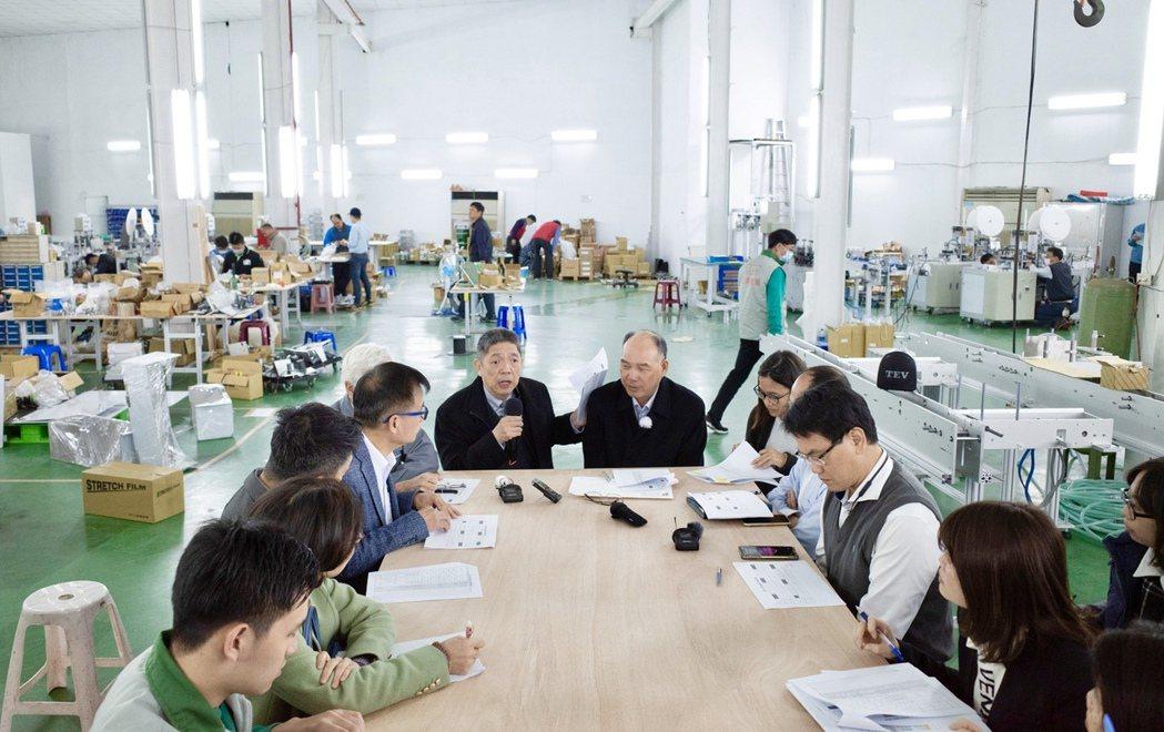 「工具機國家隊」能迅速成軍, TMBA的關鍵人物有名譽理事長嚴瑞雄(中左)、現任...