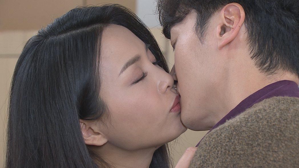 何蓓蓓(左)、馬俊麟在「多情城市」戲中確認彼此心意一吻。圖/民視提供
