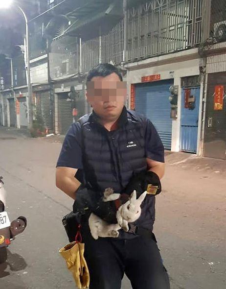 義消手抓耗了近2小時抓到的兔子,表情有些無奈。圖/民眾提供