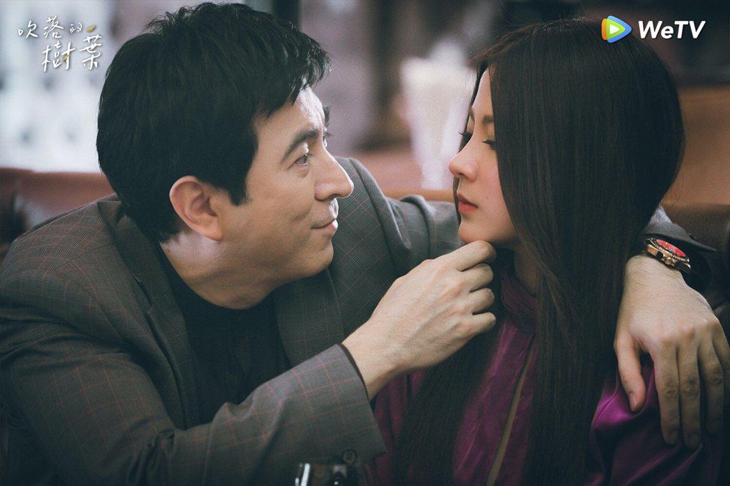 泰國女星平采娜(右)在「吹落的樹葉」戲中,為了復仇挑逗自己的爸爸。圖/WeTV提