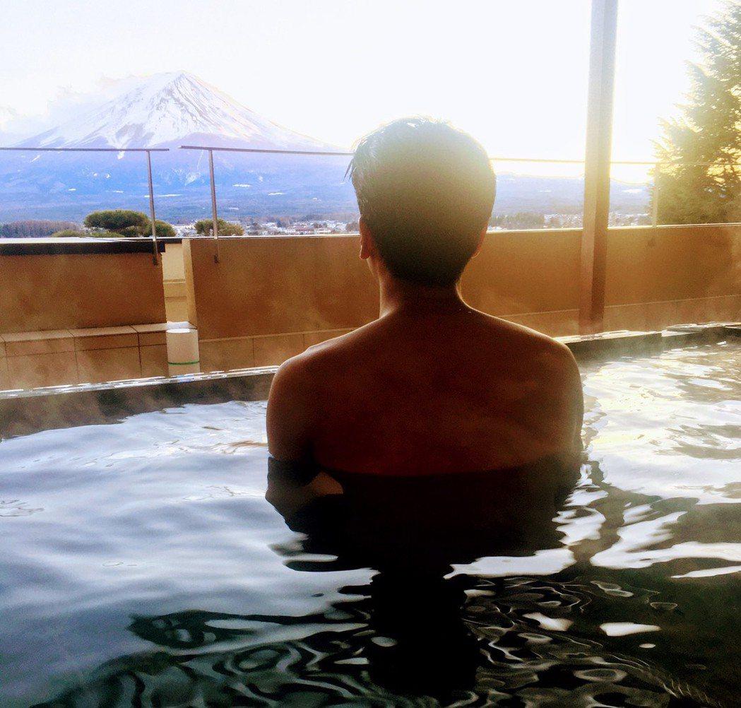 蔡旻佑突破尺度,釋出望富士山泡湯裸背照,卻險被老爸正面拍光光。圖/何樂音樂提供