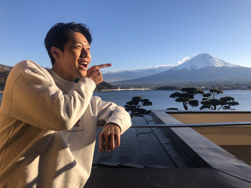 蔡旻佑與日本第一高峰富士山搞笑合影。圖/何樂音樂提供
