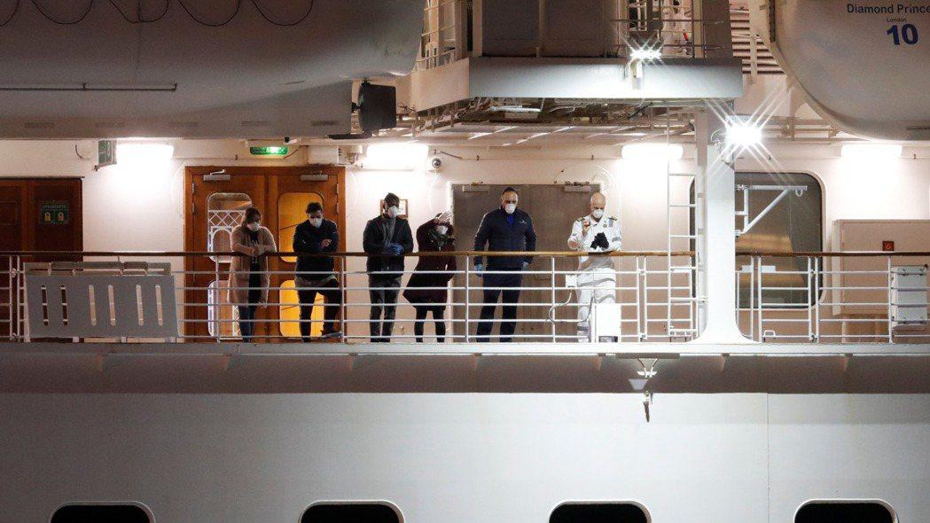 日本厚勞大臣加藤勝信22日道歉稱,未對23名從鑽石公主號下船的乘客進行病毒檢測。...
