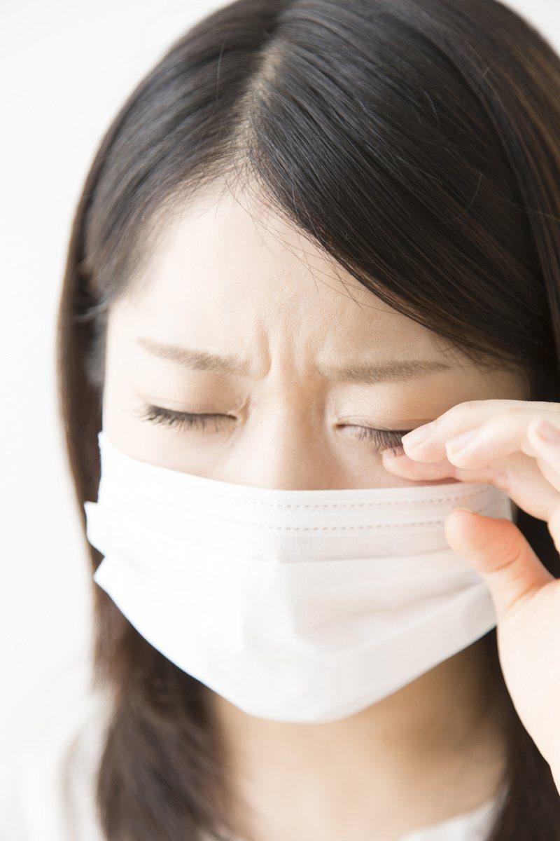 摸東摸西後,挖鼻孔、揉眼睛容易招惹病毒與細菌。圖/123RF