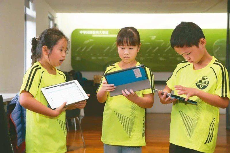 寒假多了兩周,教育部數位學習平台「因材網」使用人數是學期間的3.5倍。圖/教育部提供