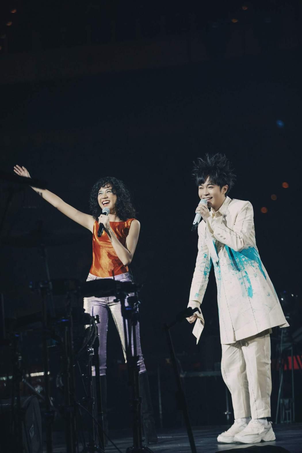吳青峰(右)演唱會嘉賓請到「靈魂女聲」9m88,同台迷幻尬唱。圖/環球唱片提供