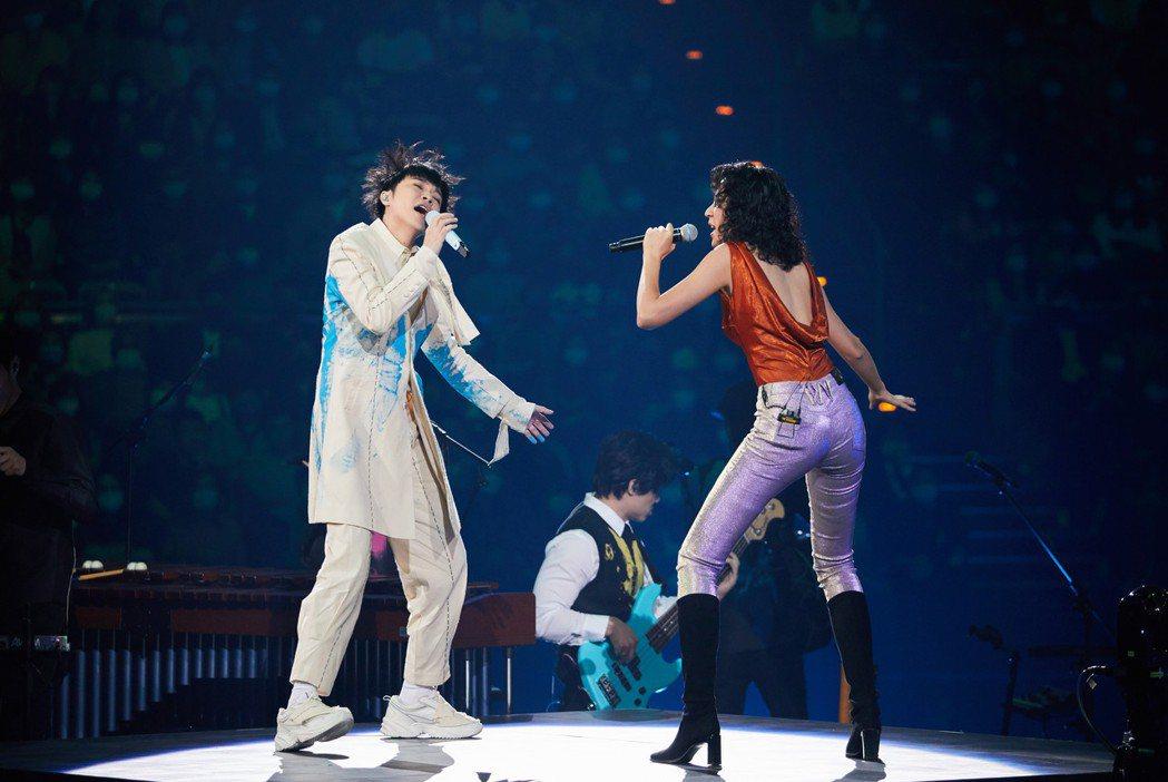 吳青峰(左)演唱會嘉賓請到「靈魂女聲」9m88,同台迷幻尬唱。圖/環球唱片提供