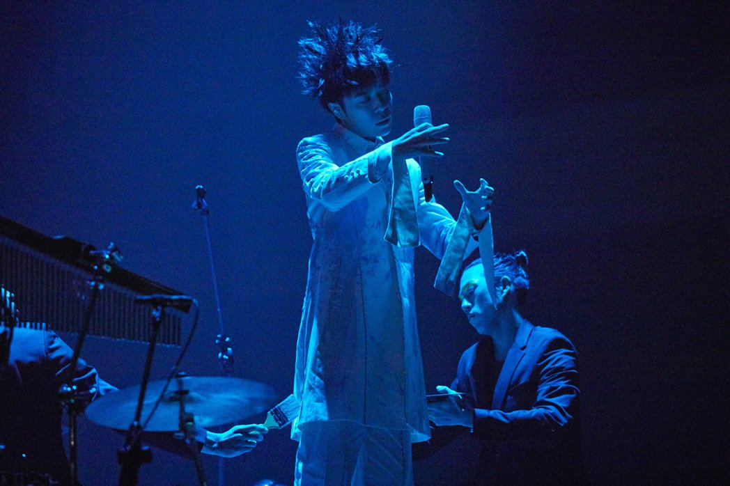 吳青峰「太空備忘記2020」個唱今晚於台北小巨蛋登場,舞台、視訊與歌單全面升級。...