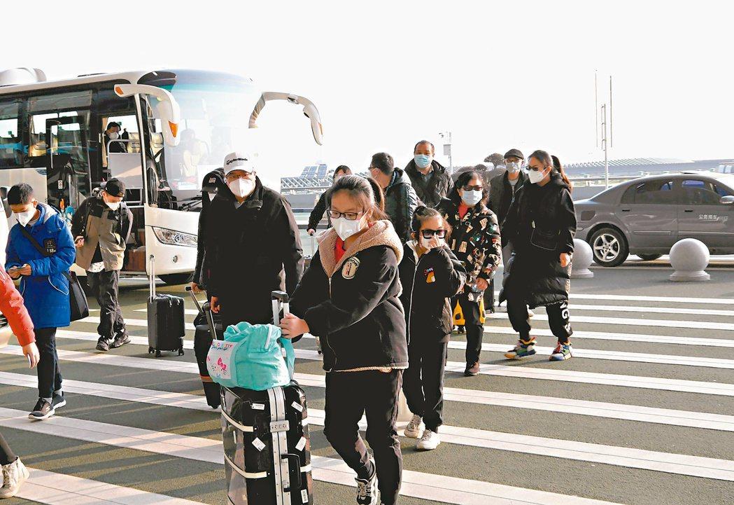 2月3日首批247名滯留武漢的台灣民眾搭乘東方航空包機返台。圖為台胞抵達武漢天河...
