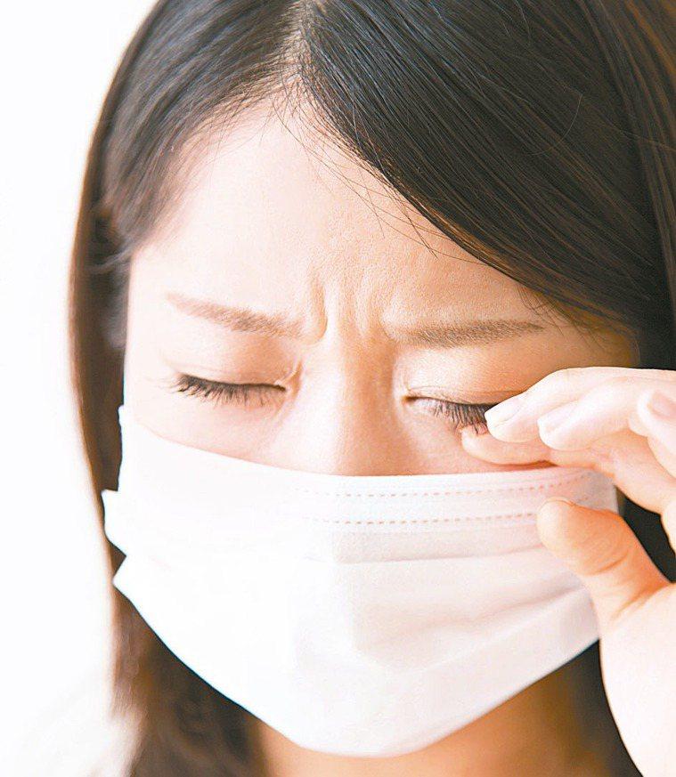 不要用手揉眼睛,以免已有過敏性結膜炎的眼睛紅腫、發炎更不舒服。圖/123RF