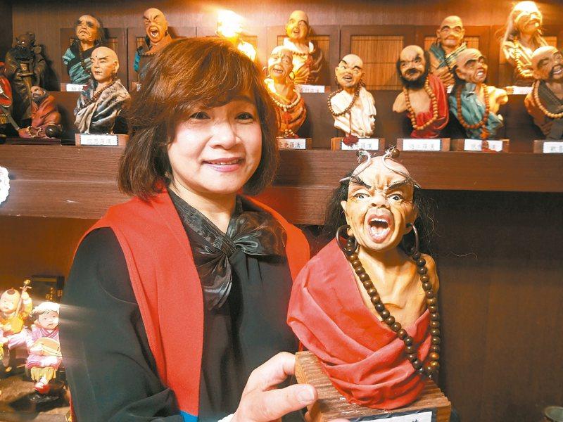 基隆社區大學人型公仔黏土老師劉鳳珠,是人型公仔黏土達人,不管是傳統中國人物如十八羅漢、濟公,還是日韓公仔、卡通人物等都維妙維肖,活靈活現。 記者游明煌/攝影