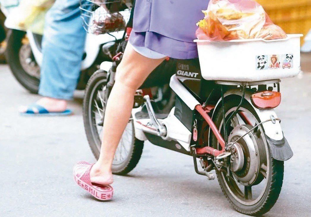 電動自行車車速比自行車快,警方加強取締未戴安全帽。 圖/聯合報系資料照片