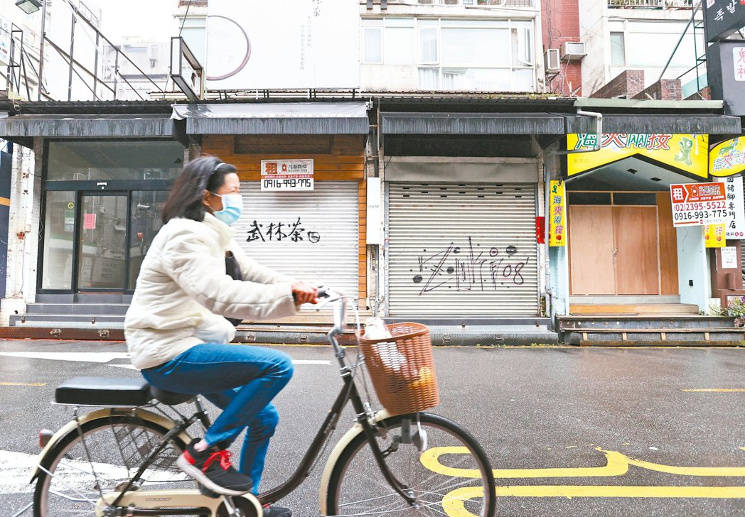 這是台北東區…新冠肺炎疫情不斷升溫,原本就走下坡的台北東區更是雪上加霜。 記...