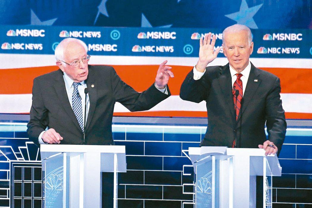 拜登(右)抨擊桑德斯(左)不是正港的民主黨員。圖為雙方日前在內華達州初選辯論會上...