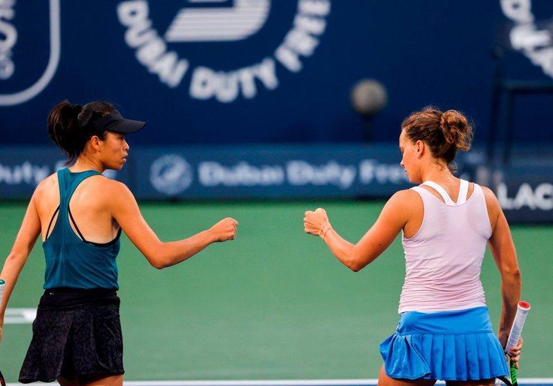 謝淑薇雖衛冕杜拜網賽女雙冠軍,但仍失去女雙球后寶座。 擷圖自杜拜女網賽官方推特