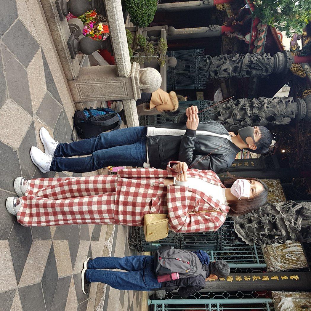 劉品言(右)特地帶賴東賢到龍山寺拜拜求平安。圖/鴻言娛樂提供