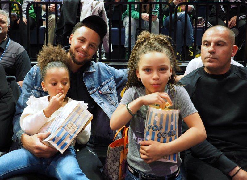 柯瑞(後左)帶女兒NCAA女籃比賽。 擷圖自Cal Basketball推特