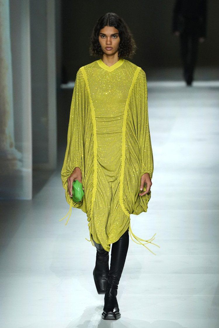 Bottega Veneta創意總監Daniel Lee透過亮片、蕾絲、流蘇搭配...