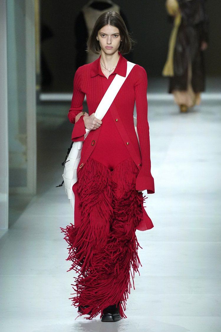 Bottega Veneta整體帶來更緊身的輪廓,加深了婀娜曲線的迷人意象。圖/...