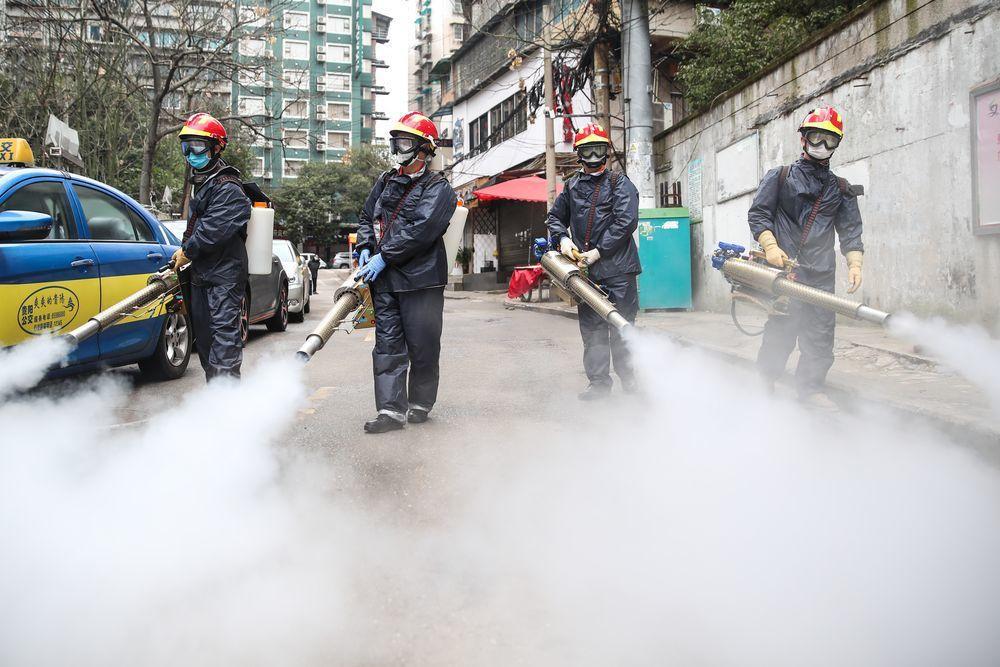 因應新型冠狀病毒肺炎疫情,貴陽市雲岩區一社區的公共區域進行消毒殺菌。(中新社)