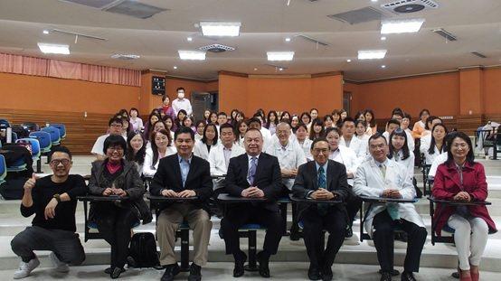 前排左起一:廖泰翔物治師、台中物理治療師公會理事長許靜儀、范紀鎮助理教授、博聯醫...