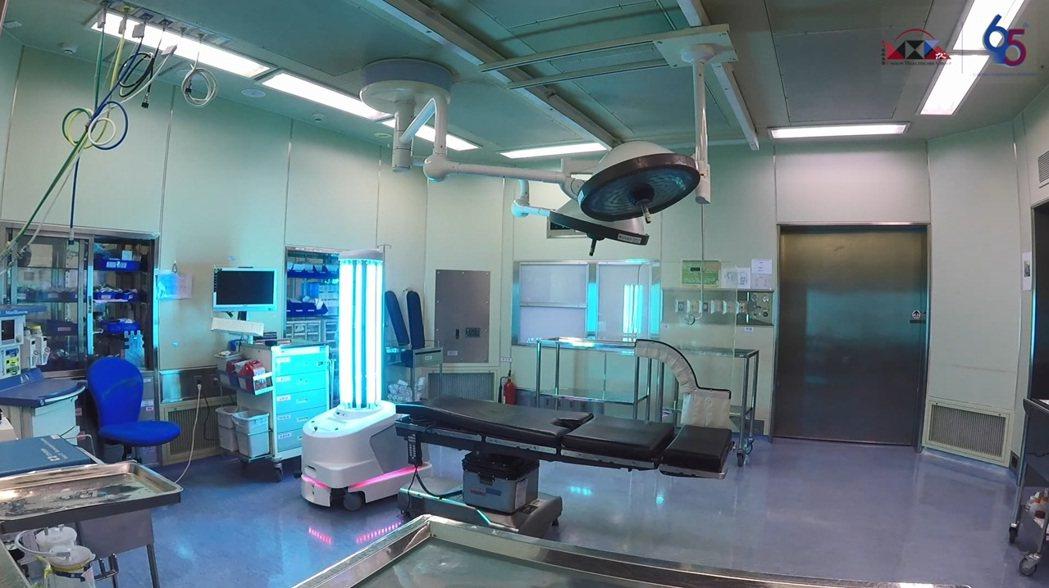 北歐立淨超紫C光智駕殺菌機器人,透由人機協作程序,全方位為手術室進行消毒滅菌。 ...