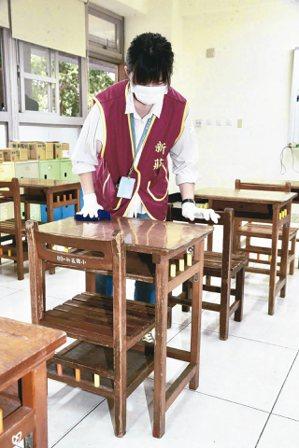 高中以下學校及公立幼兒園將於25日開學,為加強防疫措施,學校也加強教室的消毒,迎...