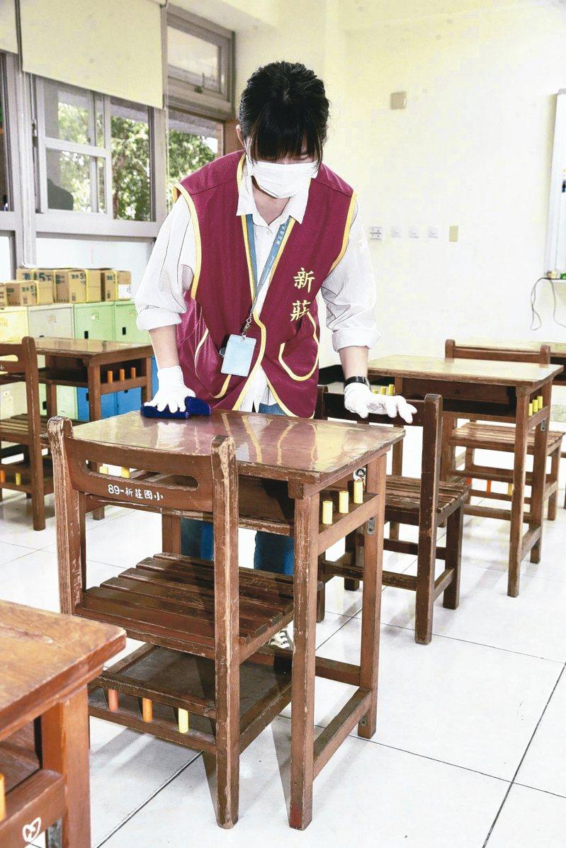 高中以下學校及公立幼兒園將於25日開學,為加強防疫措施,學校也加強教室的消毒,迎戰疫情。 記者黃義書/攝影