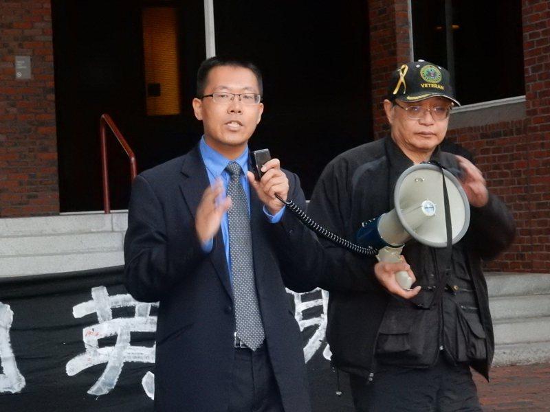 圖左為曾是中國維權律師的流亡異議人士滕彪。 聯合報系資料照片/記者劉晨懿之攝影