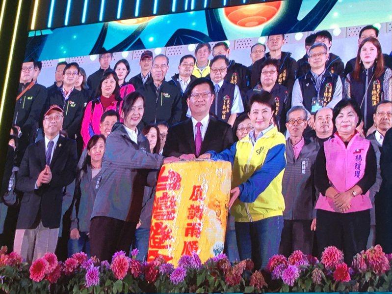 2020台灣燈會在台中閉幕,閉幕式新竹市副市長沈慧虹(前左)率市府一級主管到場,從台中市長盧秀燕(前右)手中接下主燈,象徵傳承與接棒。圖/新竹市府提供