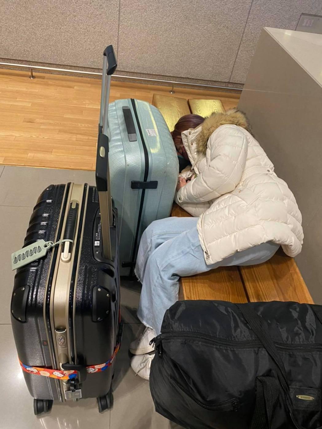 江泳錡到韓國批貨累到在機場昏倒。 圖/擷自江泳錡臉書