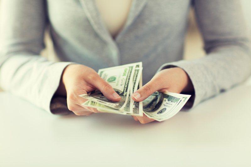 一名網友PO文提到,自己的朋友在熱炒店上班,但沒想到卻突然被老闆通知這個月的月薪改為日薪計算,無奈向老闆反應,竟被對方狠批直呼「太自私」。示意圖/ingimage