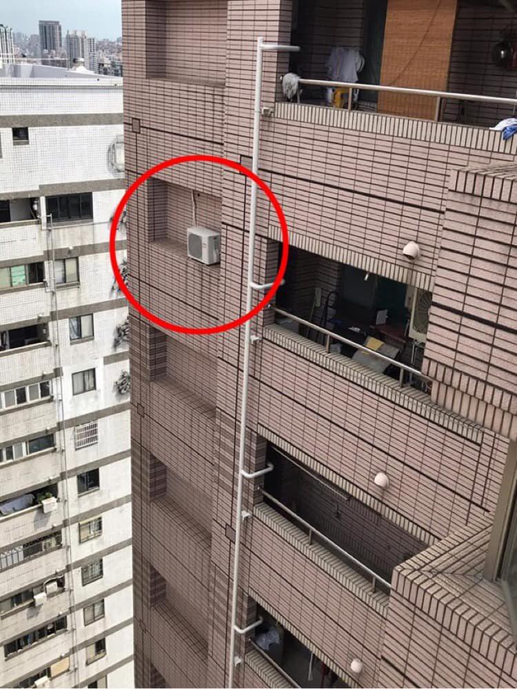 一名網友PO文表示,某棟大樓的外牆上發現裝有一台冷氣室外機,但安裝的位置卻相當詭異,因此讓原PO相當好奇「冷氣師傅是怎麼安裝上去的?」,事隔6個月後網友也出面解答。圖擷自爆系知識家