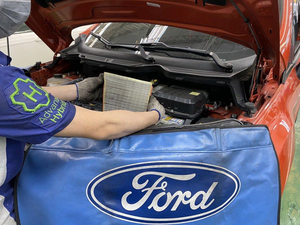 行駛1萬公里後的濾網吸附許多外界空氣的髒汙,須定期更換維持過濾效果。 圖/For...