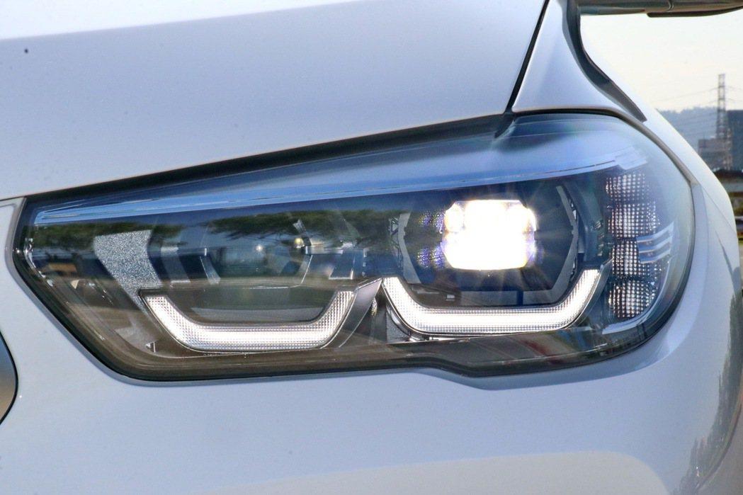 頭燈部分則配備Glare-Free光型變化功能的智慧LED頭燈。 記者陳威任/攝...