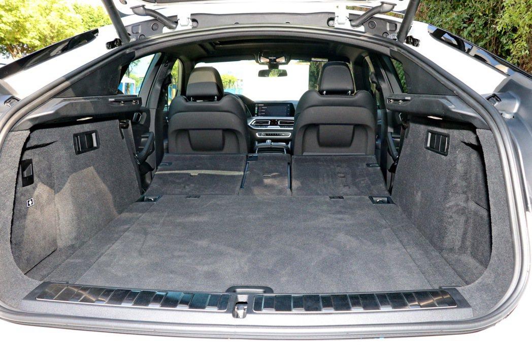 透過行李廂兩側的4/2/4分離後座椅背快速傾倒功能,可以進一步將整體容量提升至1...