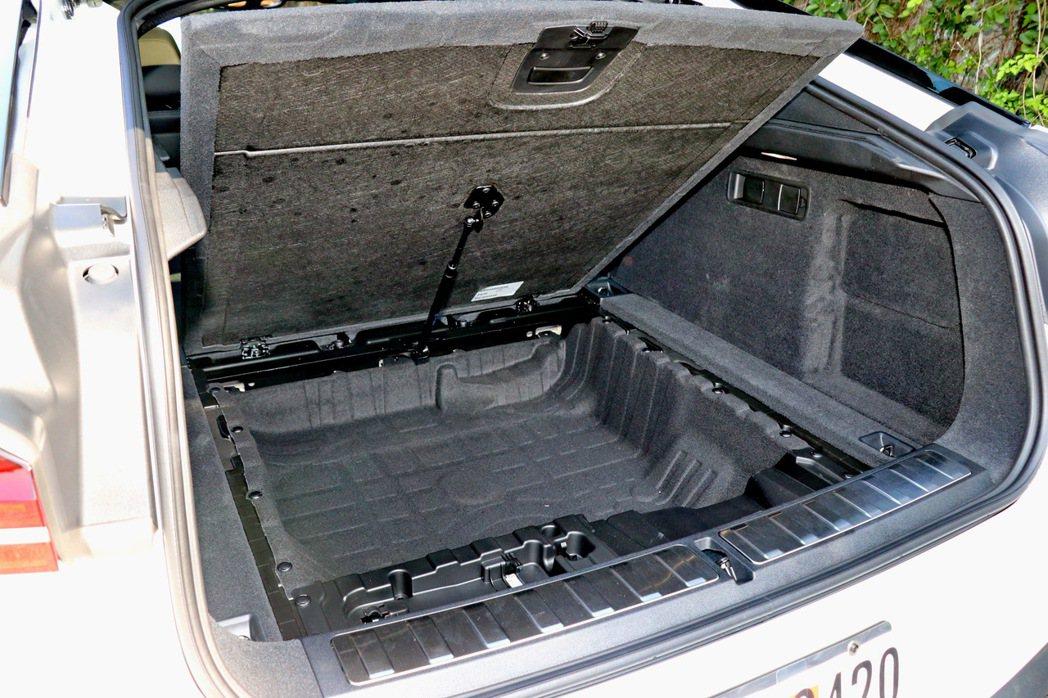 行李箱底板提供相當不錯的置物空間表現。 記者陳威任/攝影