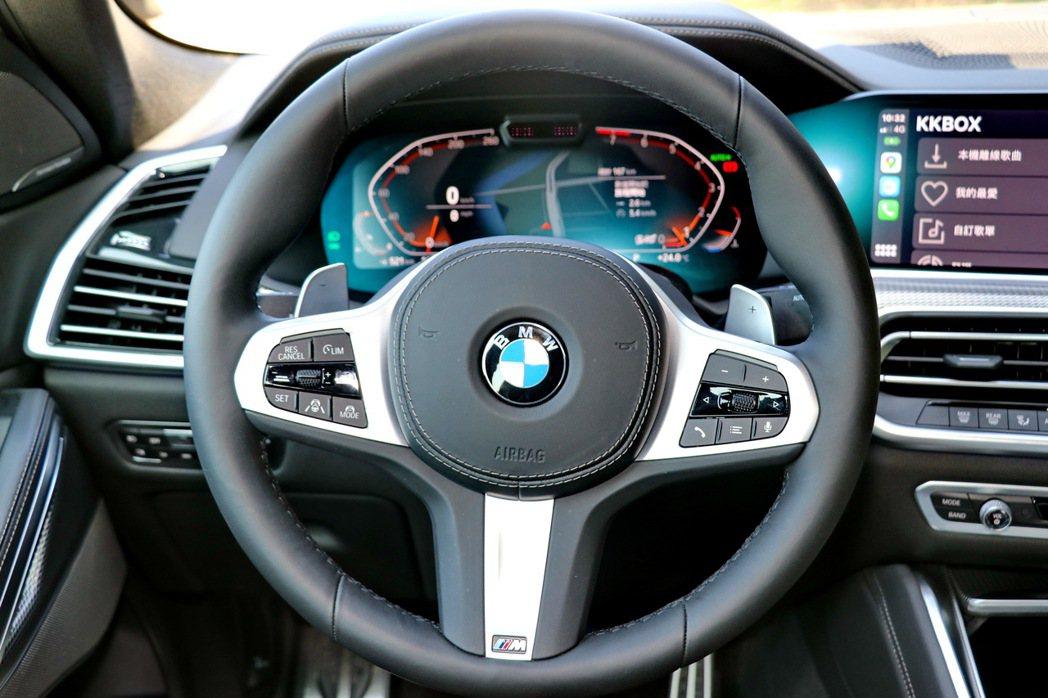 M款三幅式方向盤擁有相當優異的握感。 記者陳威任/攝影