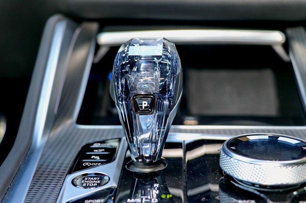 進階車型更搭配頂級水晶中控套件。 記者陳威任/攝影