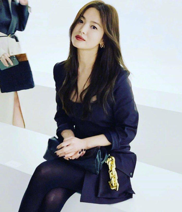宋慧喬現身Bottega Veneta 2020秋季時裝秀。圖/摘自微博