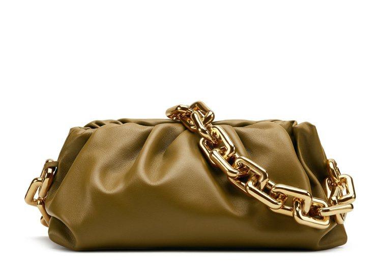 The Chain Pouch小牛皮金屬鍊環肩包,11萬4,600元。圖/Bot...