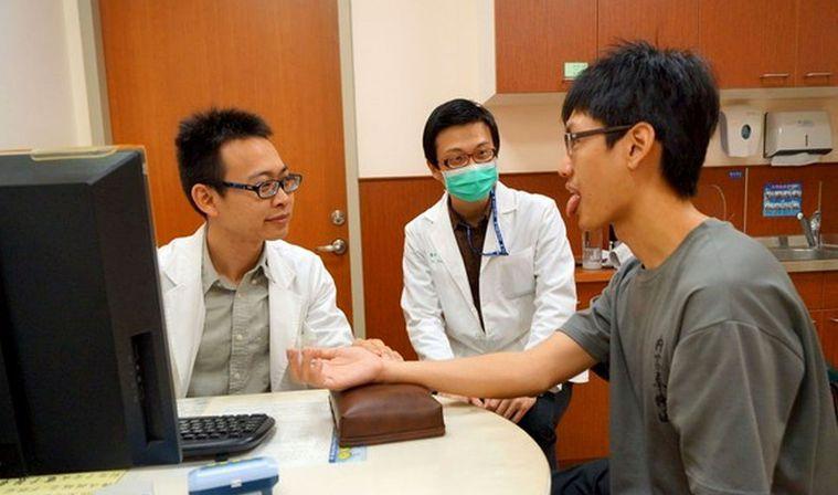 安南醫院中醫部醫師曾印正(左)說,經過中藥和針灸,癌症病友因化療噁心、嘔吐、食慾...