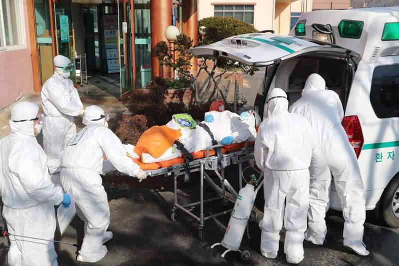 南韓清道大南醫院人員運送移似感染新冠肺炎病患。法新社
