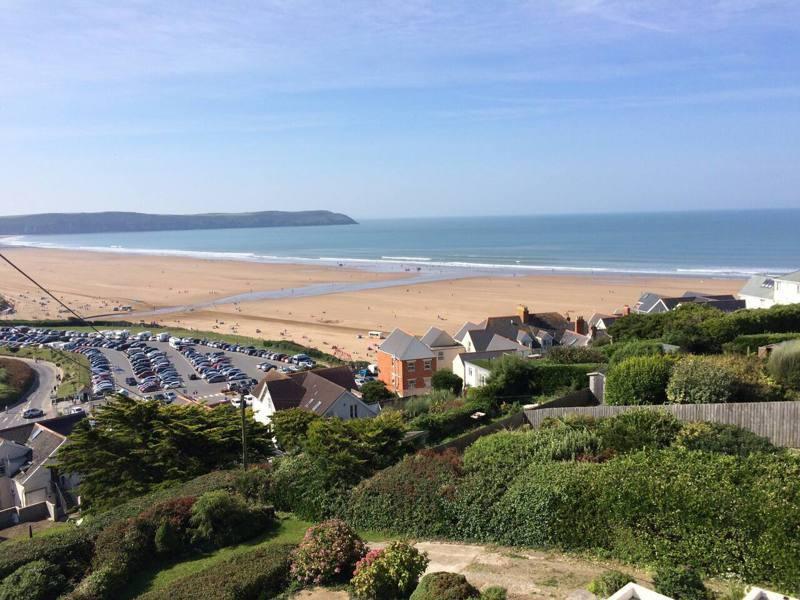英國北德文郡海岸的伍拉科姆(Woolacombe)是以衝浪運動著稱的海濱度假勝地。圖取自Airbnb