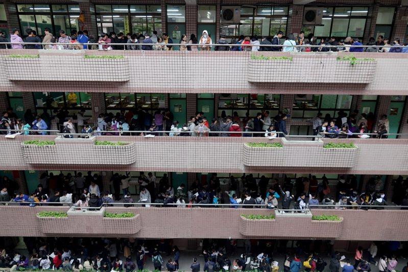 今年大學學測有13萬3446人報考,明天上午將公布成績。本報資料照片