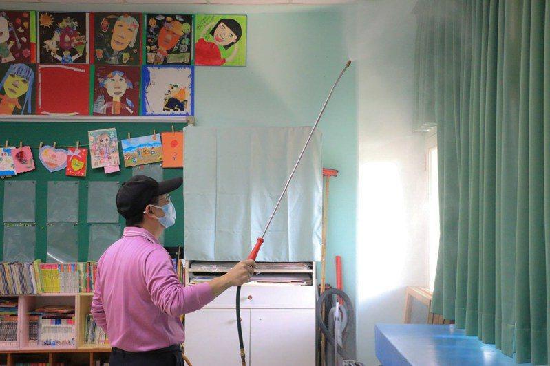 屏東縣各級學校全力消毒,迎戰下周開學日。圖/取自屏東縣長潘孟安臉書