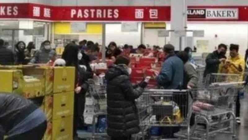 上海Costco店內的蛋糕肉類區域水洩不通。 取自星島網